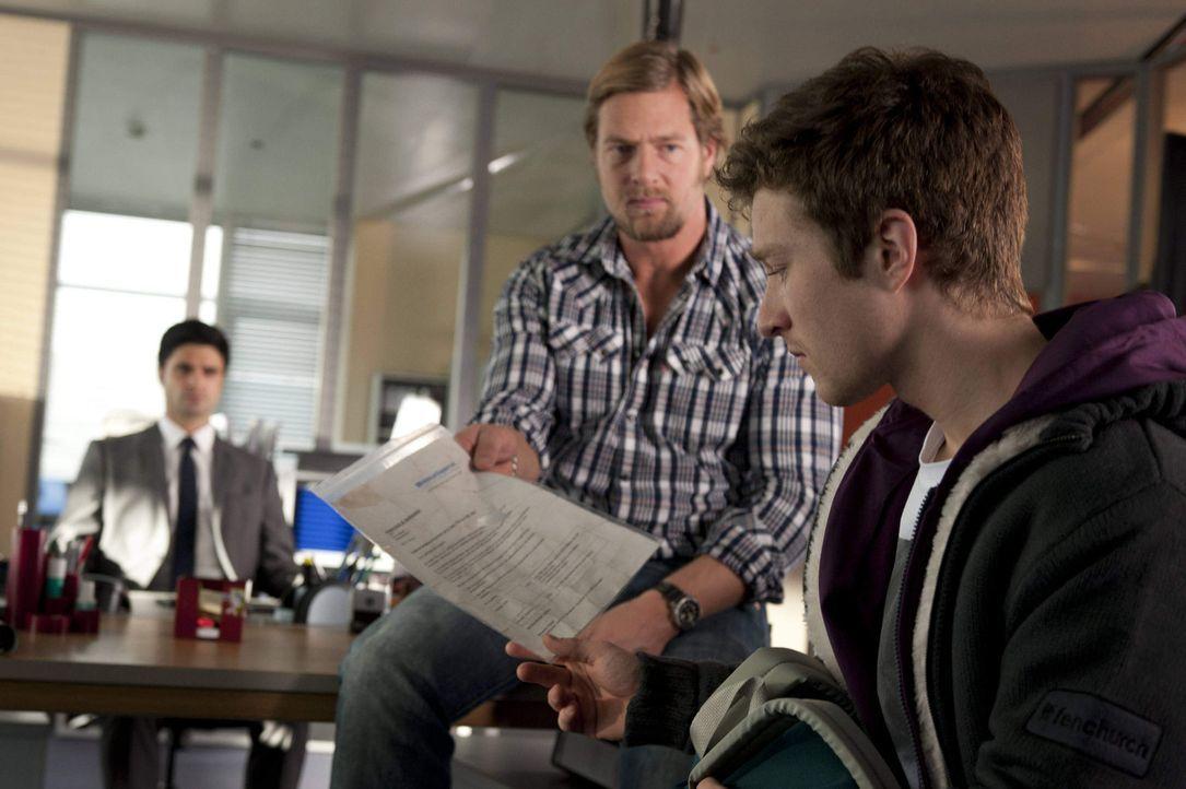 Mick (Henning Baum, M.) kann nicht glauben, dass der 17-jährige Rasmus (Sebastian Bender, r.) seine Mutter tötete, weil sie ihm verheimlicht hat,... - Bildquelle: SAT.1