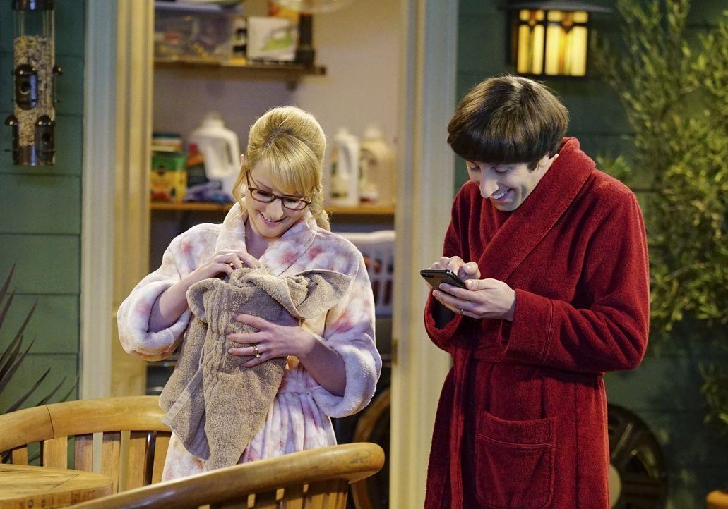 Retten einen Hasen aus ihrem neuen Whirlpool: Howard (Simon Helberg, r.) und Bernadette (Melissa Rauch, l.) ... - Bildquelle: 2015 Warner Brothers