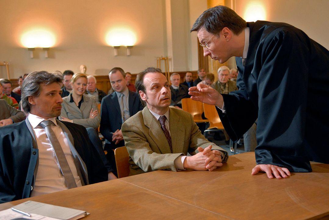 Der Anwalt von Oliver Olivetti (Martin Armknecht, r.) setzt Alex (René Steinke, l.) und dessen Mandanten Bernd Braun (Robert Meller, M.) mächtig zu... - Bildquelle: Christoph Assmann Sat.1
