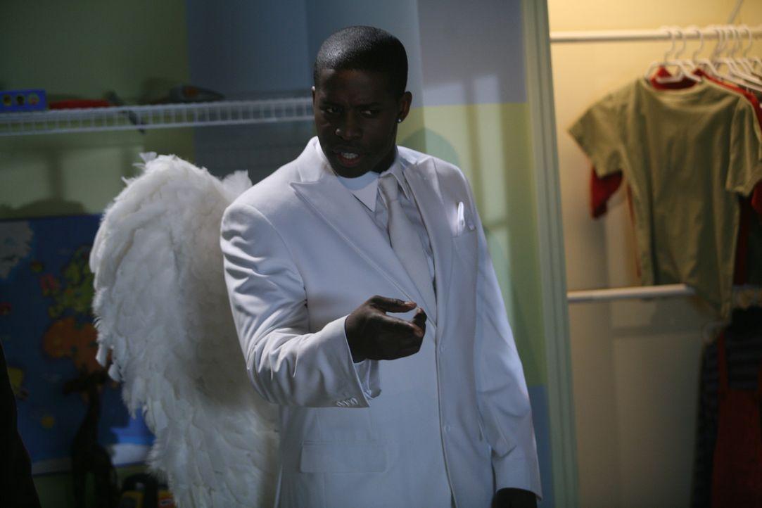 Der Weihnachtsengel (Godfrey) steht vor einem schwierigen Problem: Was soll er Dennis raten, Mr. Wilson zu Weihnachten zu schenken? - Bildquelle: Warner Bros.