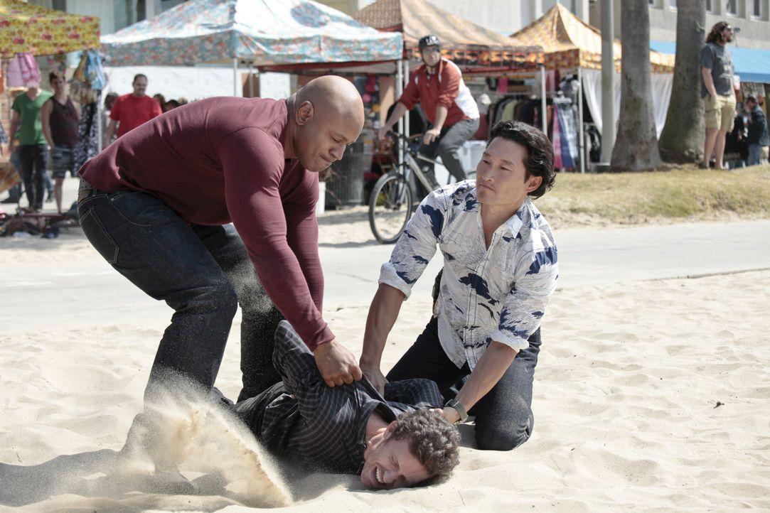 Haben sie den Täter, oder einen Unschuldigen gefasst? Sam (LL Cool J, l.) und Chin (Daniel Dae Kim, r.) - Bildquelle: CBS Studios Inc. All Rights Reserved.