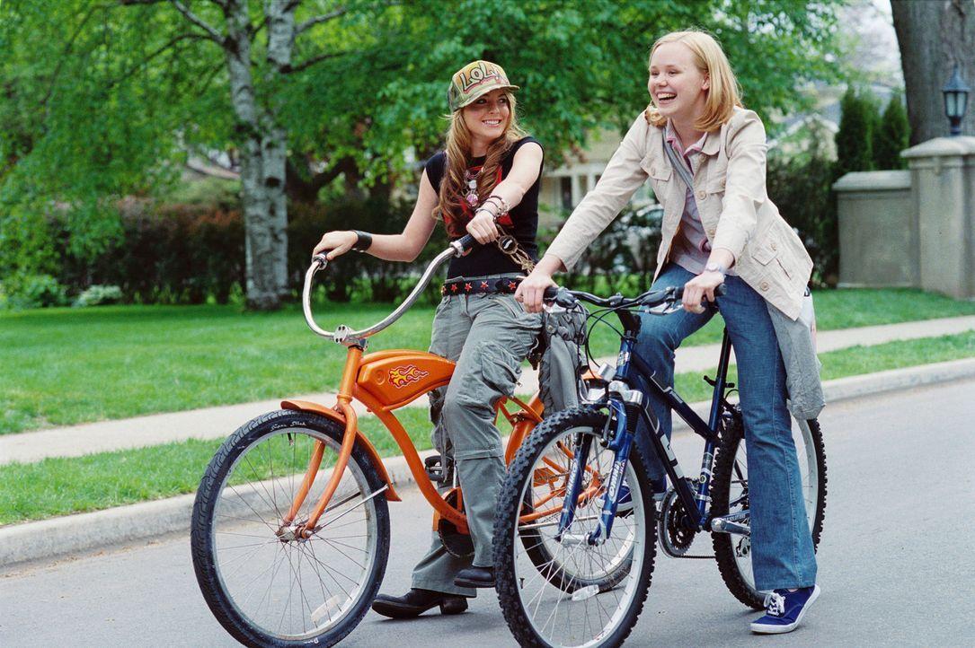 Als Lola (Lindsay Lohan, l.) nach New Jersey zieht, ist Ella (Alison Pill, r.) eine ihrer ersten Bekanntschaften. Mit Ella verbindet sie auf Anhieb... - Bildquelle: MMIV ARGENTUM FILM PRODUKTION GmbH & CO. BETRIEBS KG.  All rights reserved