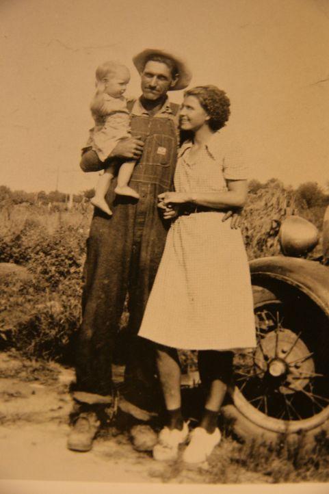 Die Eheleute Ray (M.) und Faye Copeland (r.) aus Missouri ermordeten fünf ihrer Gelegenheitsarbeiter, die sie vorher auf Viehauktionen geschickt hat...