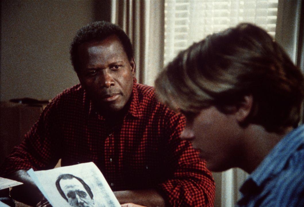 Der FBI-Agent Roy Parmenter (Sidney Poitier, l.) klärt Jeffrey Grant (River Phoenix, r.) über das wahre Leben seiner Eltern auf. Die sind nämlich... - Bildquelle: Columbia Pictures