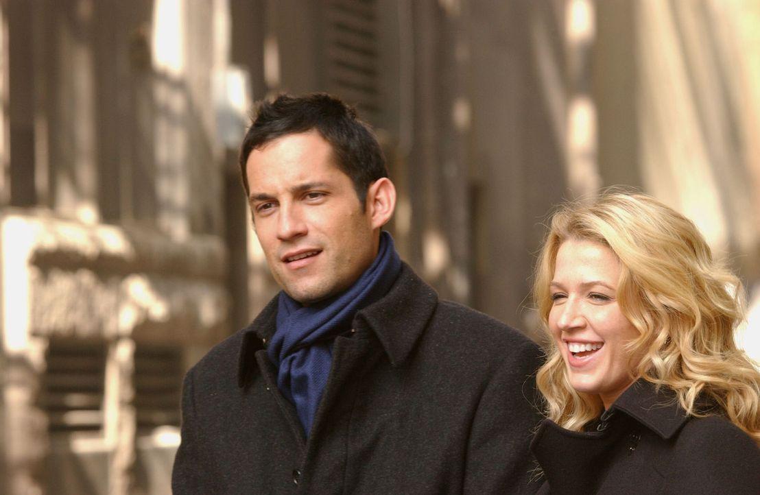 Und wieder ist ein Fall gelöst: Danny Taylor (Enrique Murciano, l.) und seine Kollegin Samantha Spade (Poppy Montgomery, r.) sind erleichtert. - Bildquelle: Warner Bros. Entertainment Inc.