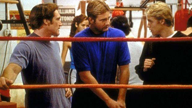 Kelly (Shane Van Dyke, M.), der Chef des Boxclubs und Leiter des Programms fü...
