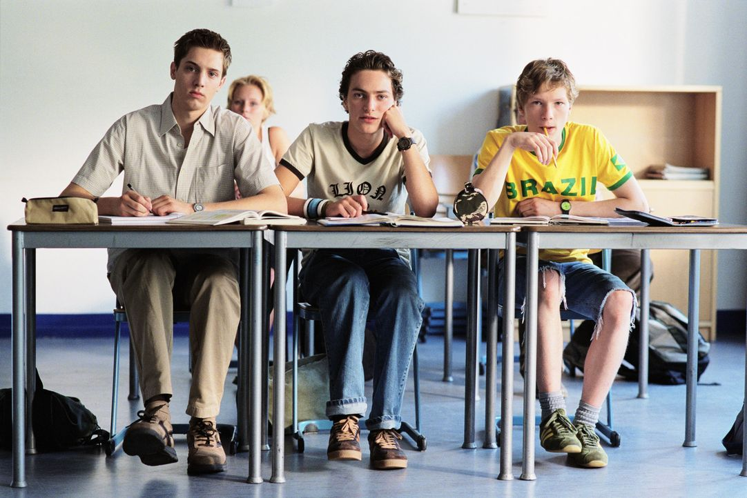 Die drei 16-jährigen Schüler Ziege (André Kaminski, M.), Sven (Joseph Bolz, l.) und Häschen (Jacob Matschenz, r.) haben's nicht leicht: Sie kön... - Bildquelle: Gordon Mühle ProSieben