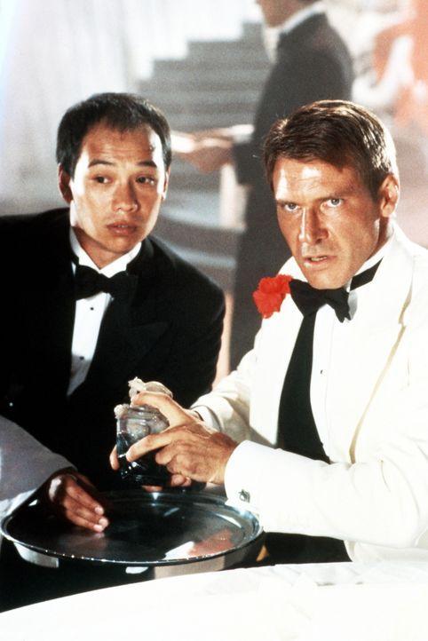 Indiana Jones (Harrison Ford, r.) wagt sich zusammen mit Wu Han (David Yip, l.) in die Höhle des Löwen. Indy sollte für den brutalen und hinterh - Bildquelle: Paramount Pictures
