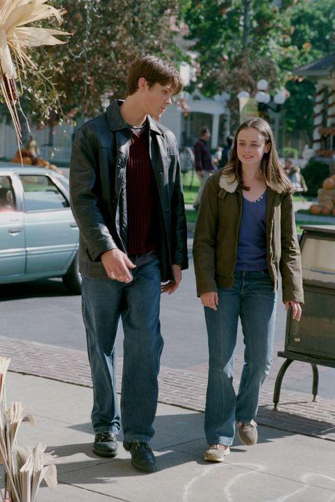 Während Lorelai wegen ihrer Hotelpläne ins Wanken kommt, wird die Beziehung zwischen Dean (Jared Padalecki, l.) und Rory (Alexis Bledel, r.) auf die... - Bildquelle: 2001 Warner Bros. Entertainment, Inc.