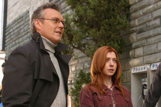 Buffy - Willow (Alyson Hannigan, r.) und Giles (Anthony Stewart Head, l.) mac...