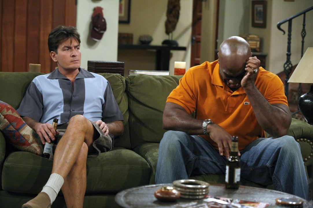 Bei einem Gespräch trifft Charlie (Charlie Sheen, l.) den wunden Punkt bei Jerome (Michael Clarke Duncan, r.). Nur mit Mühe kann er ihn wieder beruh... - Bildquelle: Warner Brothers Entertainment Inc.