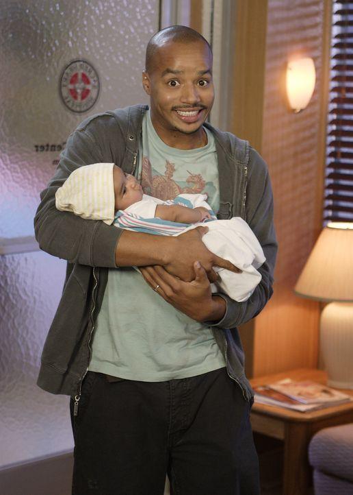 Stolz präsentiert Turk (Donald Faison) sein Baby ... - Bildquelle: Touchstone Television