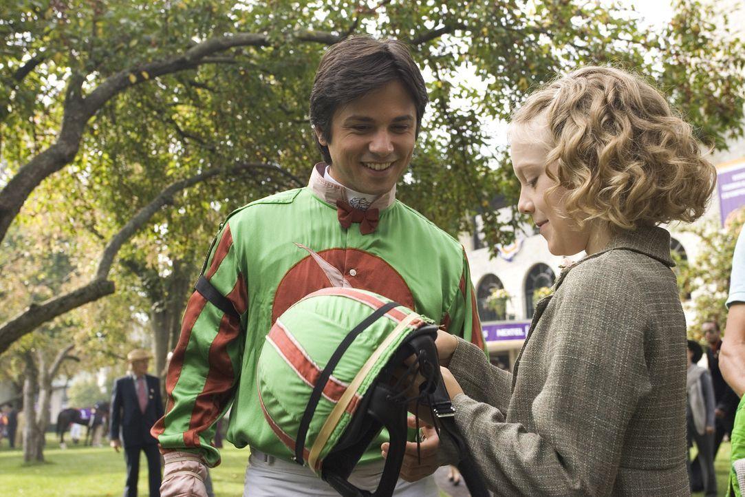 Manolin (Freddy Rodriguez, l.) verspricht Cale (Dakota Fanning, r.), die Stute Sonya wieder aufzupäppeln und für den Derby zu trainieren. Wird er... - Bildquelle: Epsilon Motion Pictures