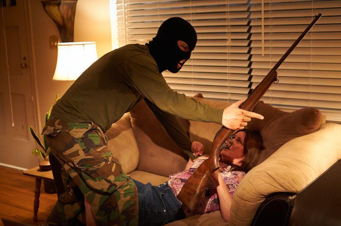 In ihrem eigenen Haus wird Verna (unten) von Gerald (oben) überfallen, vergewaltigt und brutal geschlagen ... - Bildquelle: Steven Lungley Cineflix 2014