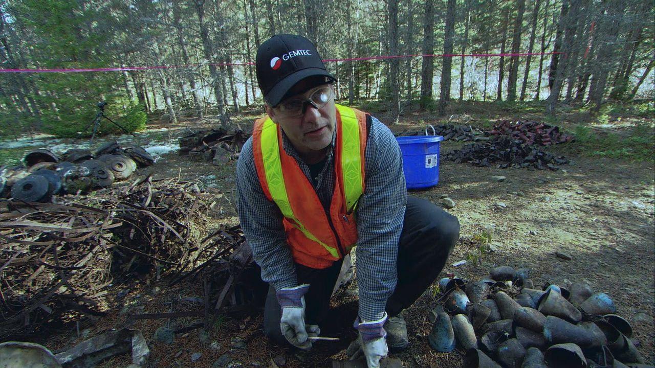 Auf dem Gelände des ehemaligen Munitionsdepots von McGivney macht Sean Dockrill eine Entdeckung, die sein gesamtes Team zum Rückzug zwingt ... - Bildquelle: 2012 PIXCOM PRODUCTIONS INC.