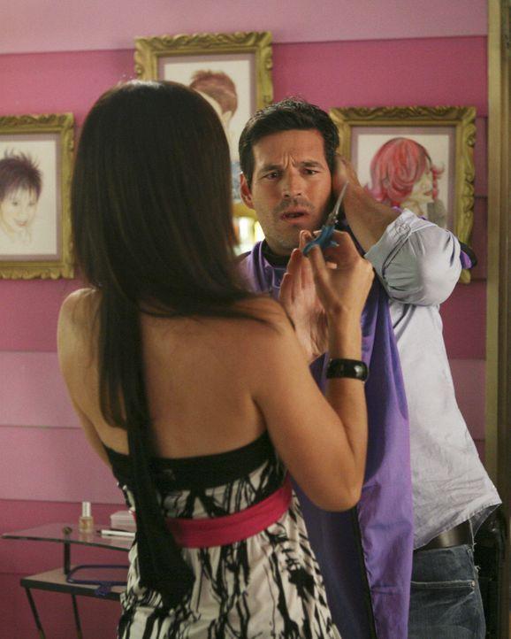 Als Hilda (Ana Ortiz, l.) den neuen Kunden (Eddie Cibrian, r.) ins Ohr schneidet, weiß sie noch nicht, dass dieser ein Lehrer ihres Sohnes ist ... - Bildquelle: Buena Vista International Television