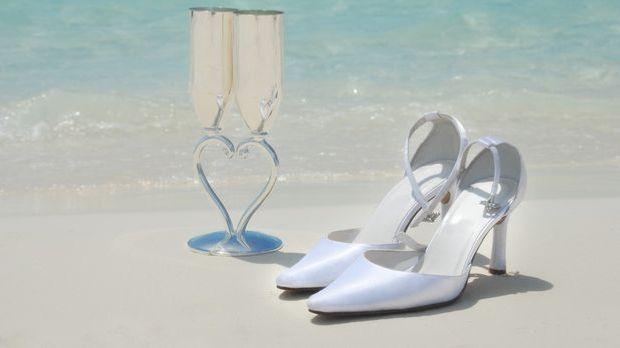 Die Schuhe zum Brautkleid für kleine und zierliche Bräute sollten nicht zu ho...