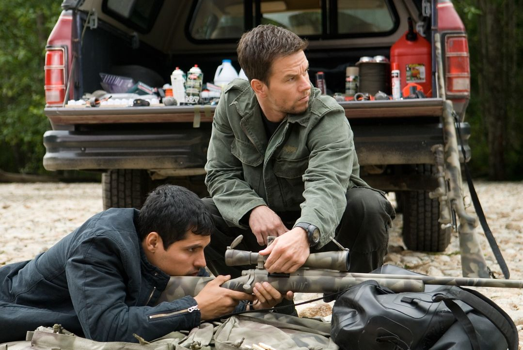 Vom Jäger zum Gejagten: Swagger (Mark Wahlberg, r.) wird wegen eines Attentates auf den Präsidenten gejagt. Nur FBI Agent Nick Memphis (Michael Pena... - Bildquelle: Copyright   2007 by PARAMOUNT PICTURES. All Rights Reserved.