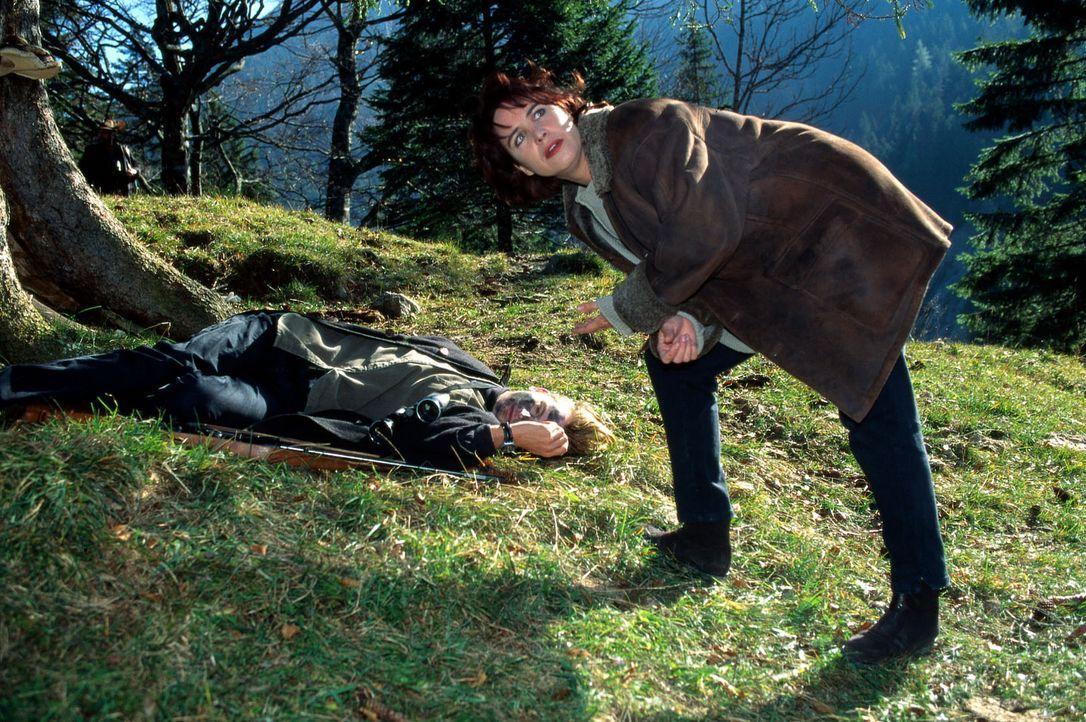 Sabrina Lorenz (Katerina Jacob, r.) untersucht den Fundort der Leiche Sepp Schallers (Philipp Moog, l.) im Wald. - Bildquelle: Magdalena Mate Sat.1