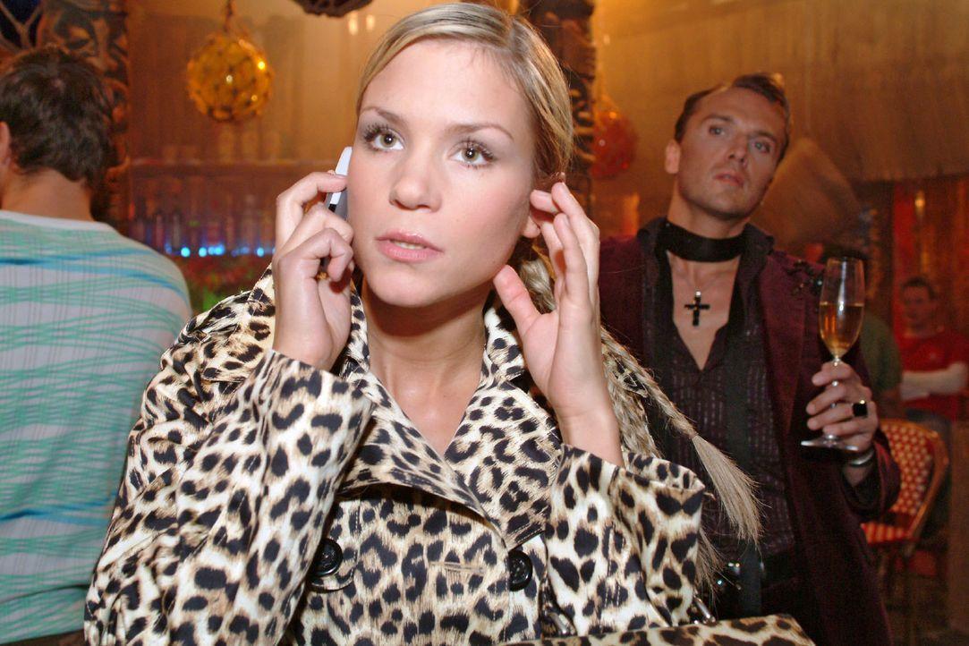 Während Sabrina (Nina-Friederike Gnädig, l.) mit Richard telefoniert, wird sie von Hugo (Hubertus Regout, r.) wegen ihres unpassenden Outfits abschä... - Bildquelle: Monika Schürle Sat.1