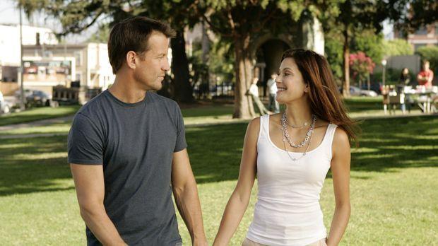 Susan (Teri Hatcher, r.) hilft Mike (James Denton, l.) bei seiner Suche nach...