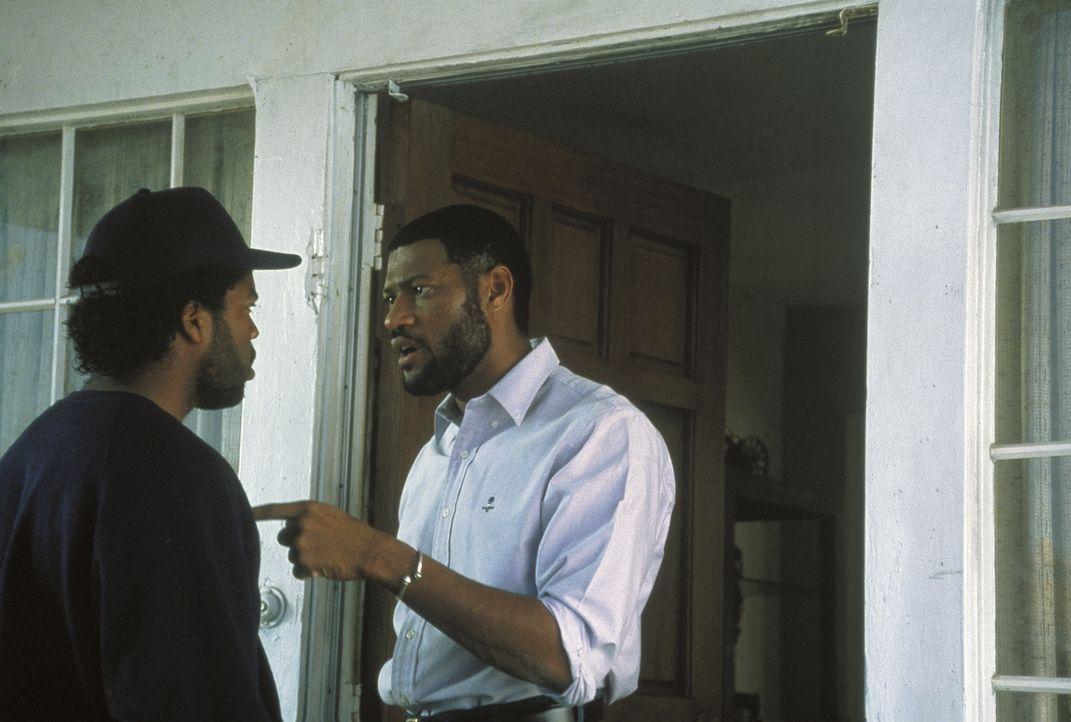 Nach dem Mord an Ricky schwören die drei Freunde Fourious Styles (Laurence Fishburne, r.), Doughboy (Ice Cube, l.) und Tre Rache an seinen Peinigern... - Bildquelle: Columbia Pictures