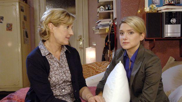 Bei ihrer Mutter Susanne (Heike Jonca, l.) findet die traurige Anna (Jeanette...