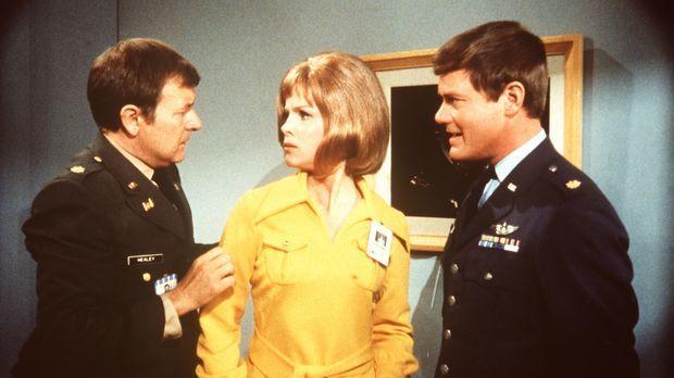 Der Astronaut Roger Healey (Bill Daily, l.) verliebt sich wieder einmal unste...