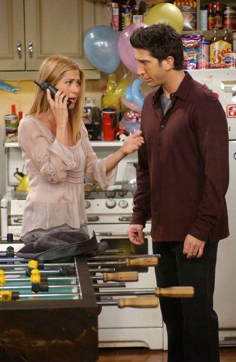 Rachel (Jennifer Aniston, l.) und Ross (David Schwimmer, r.) wollen mit allen Freunden Emmas Geburtstag feiern. Eine Torte ist auch bestellt, doch d... - Bildquelle: 2003 Warner Brothers International Television