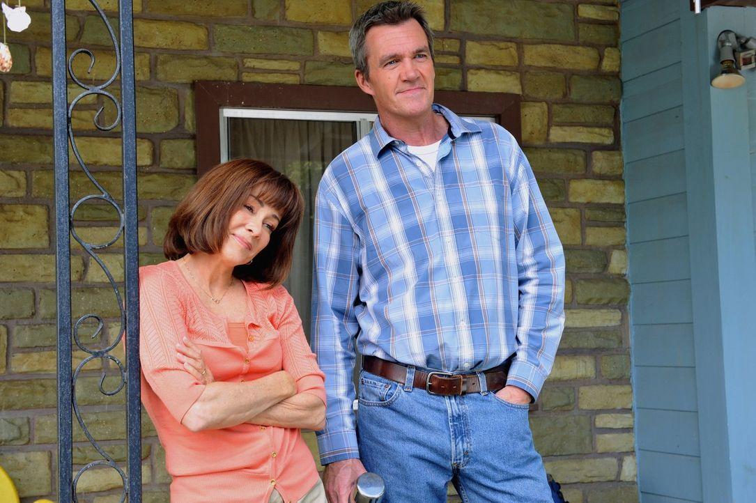Frankie (Patricia Heaton, l.) und Mike (Neil Flynn, r.) sind stolz auf ihre Kinder. Doch ein gemeinsamer Camping-Trip mit ihnen strapaziert ihre Ner... - Bildquelle: Warner Brothers