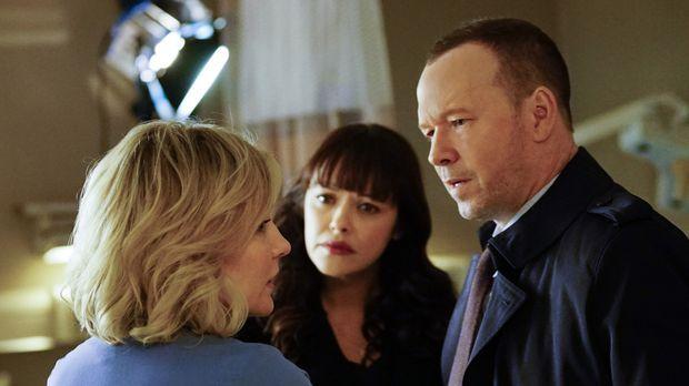 Linda (Amy Carlson, l.) bittet Danny (Donnie Wahlberg, r.) und Baez (Marisa R...