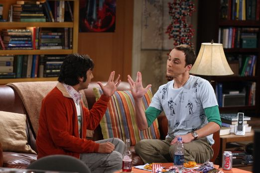 The Big Bang Theory - Sheldon (Jim Parsons, r.) und Raj (Kunal Nayyar, l.) kö...