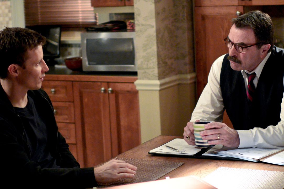 Weil bei einer Verfolgungsjagd ein Gangmitglied stirbt, hat Jamie (Will Estes, l.) zu Franks (Tom Selleck, r.) Missfallen nun ein Verfahren wegen Fa... - Bildquelle: 2013 CBS Broadcasting Inc. All Rights Reserved.