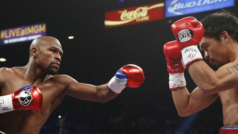 Floyd Mayweather (l.) im Kampf gegen Manny Pacquiao - Bildquelle: SID-SID-AFPJOHN GURZINSKI