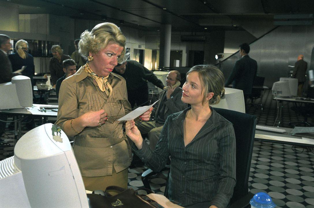 WG-Freundin Babette hat Nina (Stefanie Stappenbeck, r.) ein falsches Schwangerschaftszeugnis besorgt. Frau Schulte-Westenberg (Karla Trippel, l.) ni... - Bildquelle: Sat.1