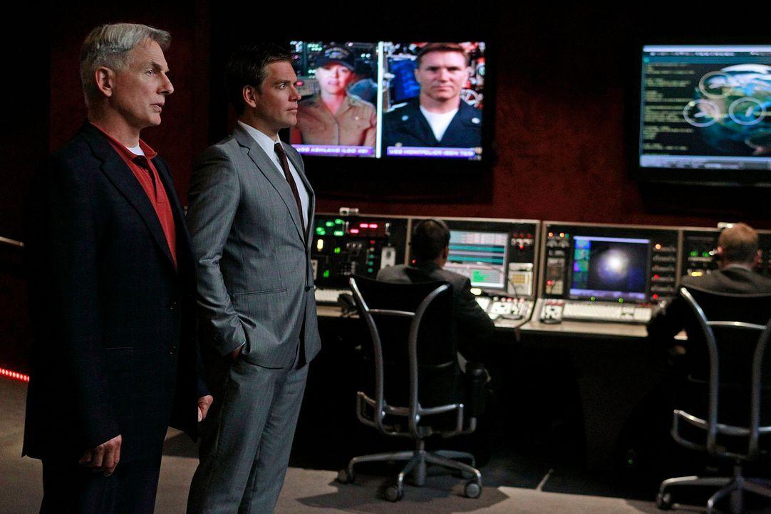 Versuchen, einen neuen Fall zu lösen: Gibbs (Mark Harmon, l.) und DiNozzo (Michael Weatherly, r.) ... - Bildquelle: CBS Television