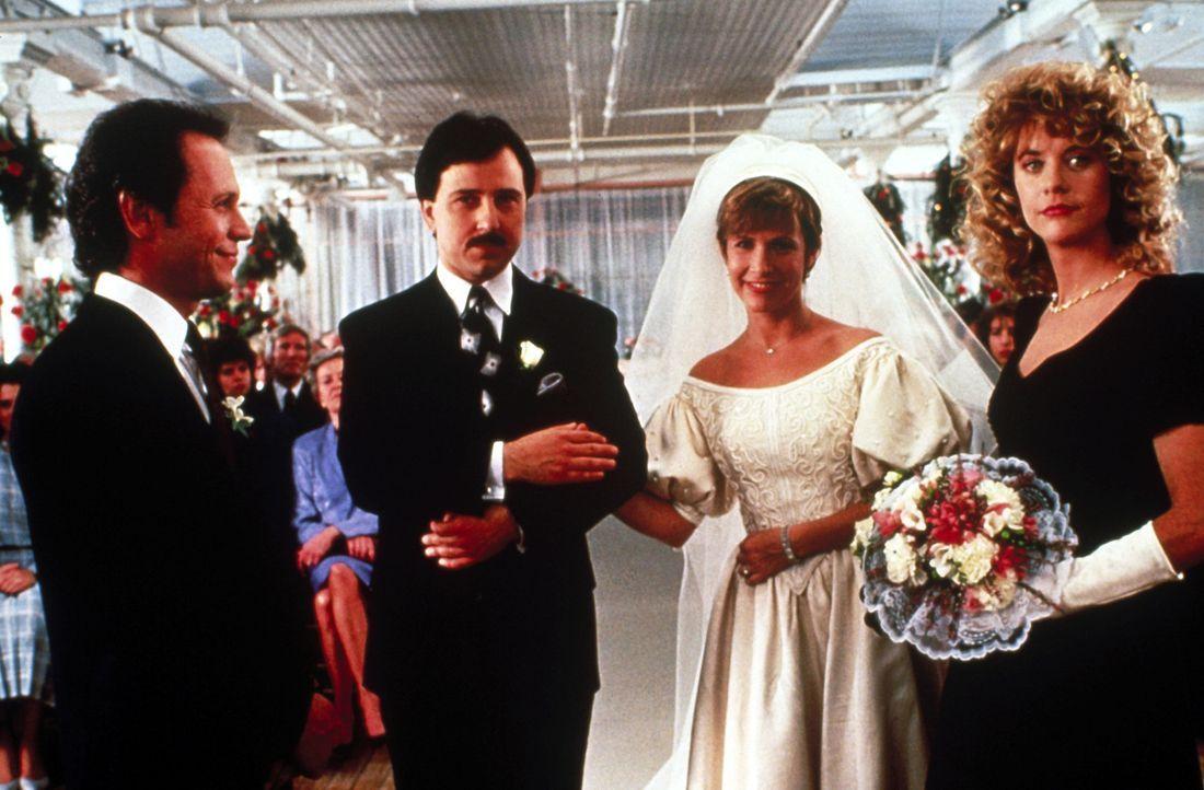 Harry (Billy Crystal, l.) und Sally (Meg Ryan, r.) sind bei der Hochzeit ihrer Freunde Jess (Bruno Kirby, Mitte l.) und Marie (Carrie Fisher, Mitte... - Bildquelle: Castle Rock Entertainment