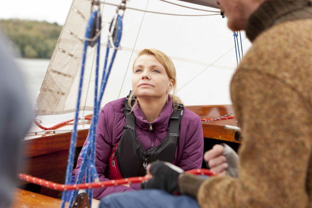 Um die richtige Entscheidung zu treffen, geht Danni (Annette Frier) mit ihren drei Klienten mal eine Runde zum Segeln ... - Bildquelle: SAT.1