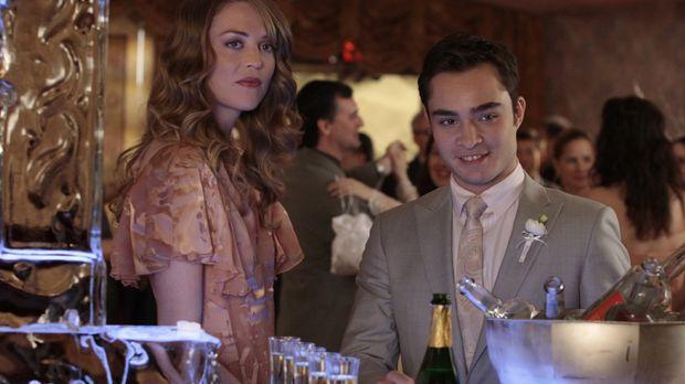 ...und schon lenkt sich Chuck (Ed Westwick, r.) wieder mit Alkohol und Frauen...