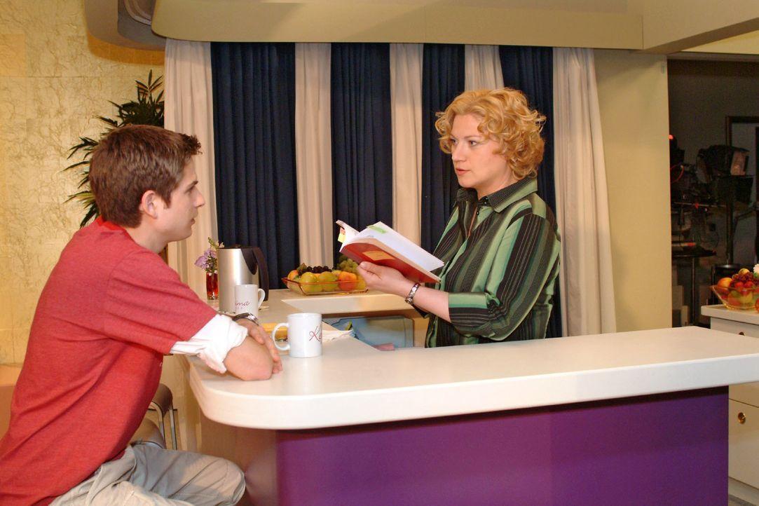 Agnes (Susanne Szell, r.) versucht Timo (Matthias Dietrich, l.) mit Keksen zu trösten - und macht dabei eine ungeheuerliche Entdeckung ... - Bildquelle: Monika Schürle Sat.1