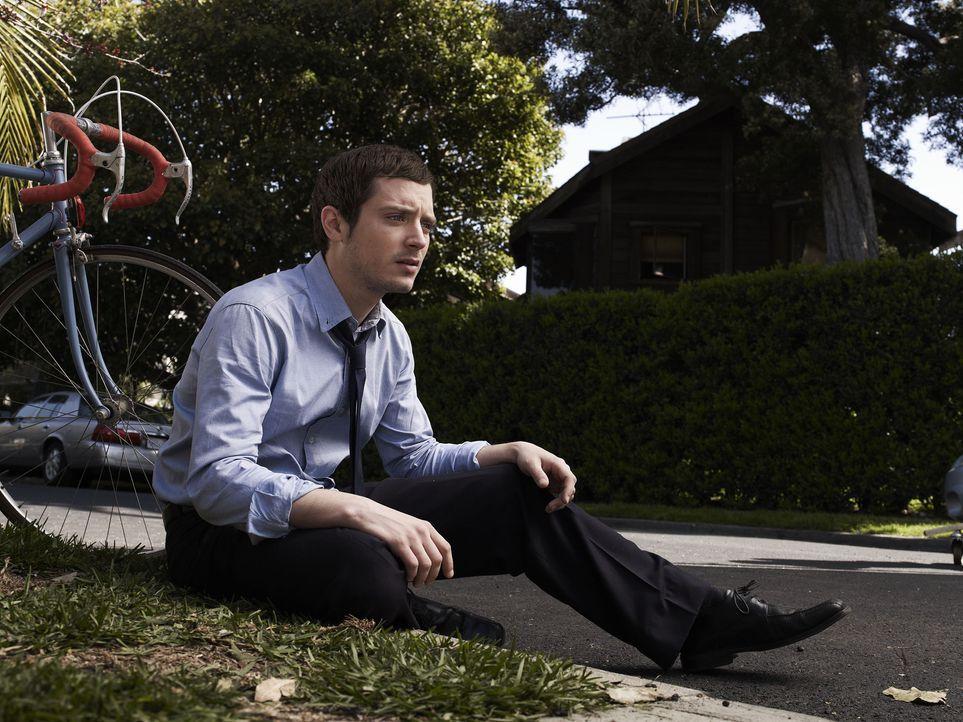 (1. Staffel) - Eigentlich wollte Ryan (Elijah Wood) seinem Leben ein Ende setzen, doch dann kommt alles ganz anders ... - Bildquelle: 2011 FX Networks, LLC. All rights reserved.