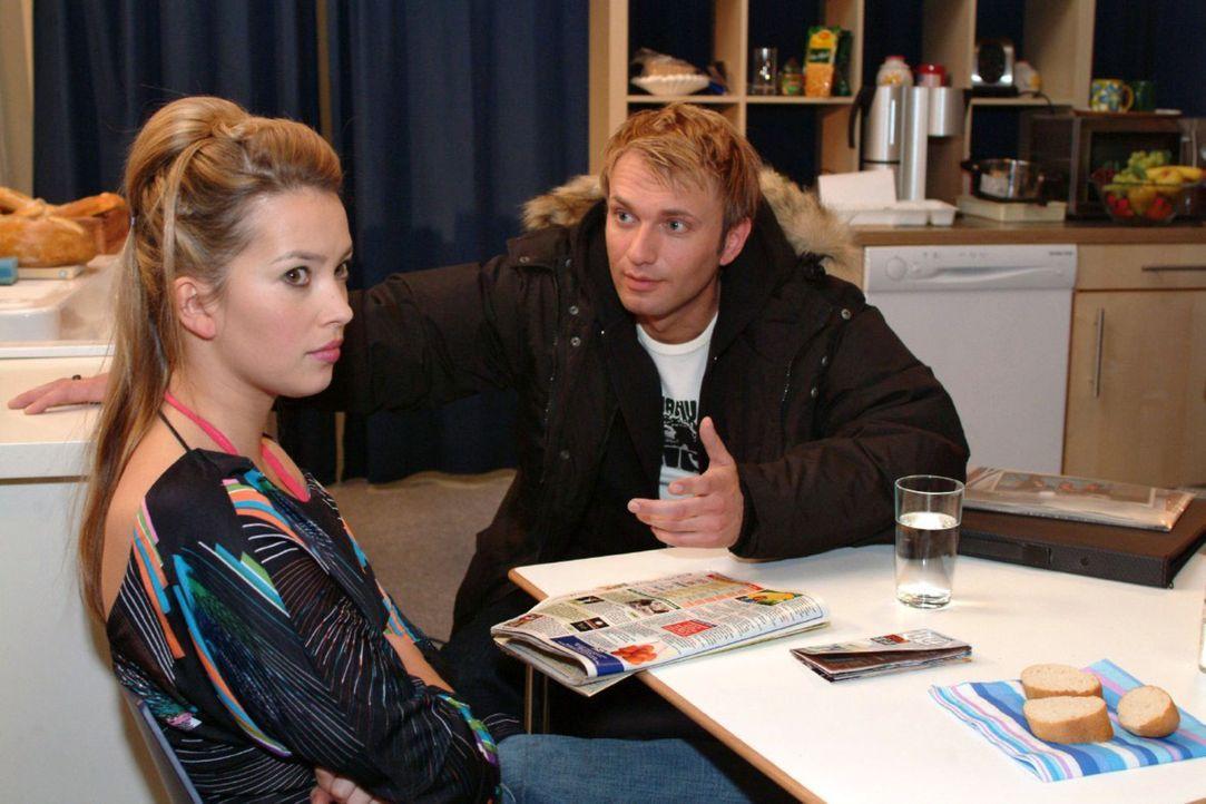 Hannah (Laura Osswald, l.) ist von Marc (Jean-Marc Birkholz, r.) enttäuscht. Doch Marc versucht sie zu besänftigen. - Bildquelle: Monika Schürle Sat.1