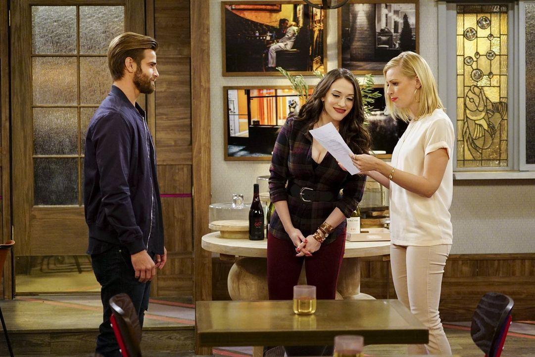 Kurz vor der Eröffnung ihrer Dessert-Bar hat Max (Kat Dennings, M.) mit der Trennung von Randy zu kämpfen. Caroline (Beth Behrs, r.) gibt ihr Bestes... - Bildquelle: Warner Bros. Television