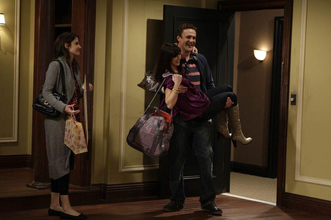 Marshall (Jason Segel, r.) und Robin (Cobie Smulders, l.) unternehmen alles, damit Lily (Alyson Hannigan, M.) nicht merkt, dass die neue gemeinsame... - Bildquelle: 20th Century Fox International Television