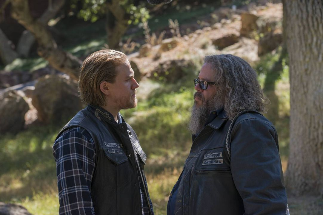 Bei einem Zusammentreffen mit Bobby (Mark Boone Junior, r.) findet Jax (Charlie Hunnam, l.) heraus, dass dieser neue Members für die Sons rekrutiert... - Bildquelle: 2013 Twentieth Century Fox Film Corporation and Bluebush Productions, LLC. All rights reserved.