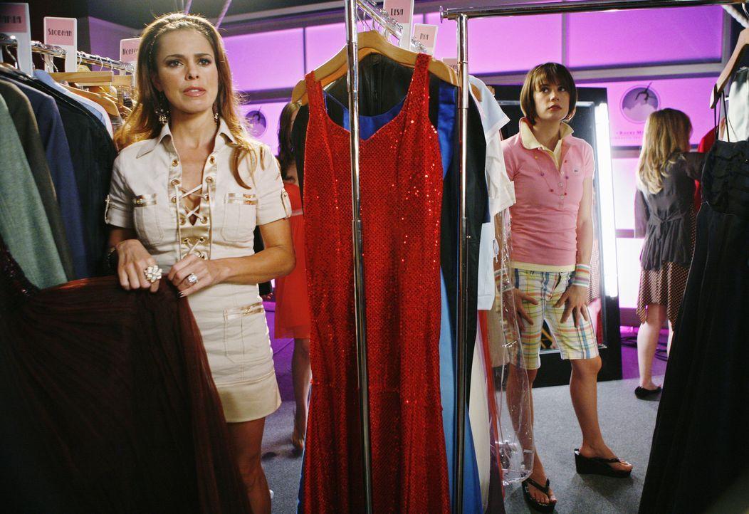 Emily (Chelsea Hobbs, r.) findet Ronnies (Rosa Blasi, l.) Idee, eine Mutter-Tochter-Modenschau zu veranstalten, anfangs alles andere als gut ... - Bildquelle: 2009 DISNEY ENTERPRISES, INC. All rights reserved. NO ARCHIVING. NO RESALE.
