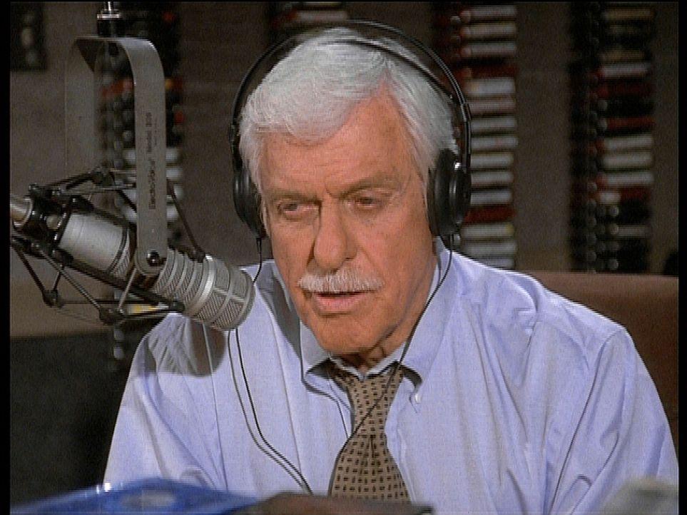 Mark (Dick Van Dyke) übernimmt vorübergehend die Show der Radiomoderatorin Denise, denn diese ist unter Mordverdacht geraten ... - Bildquelle: Viacom