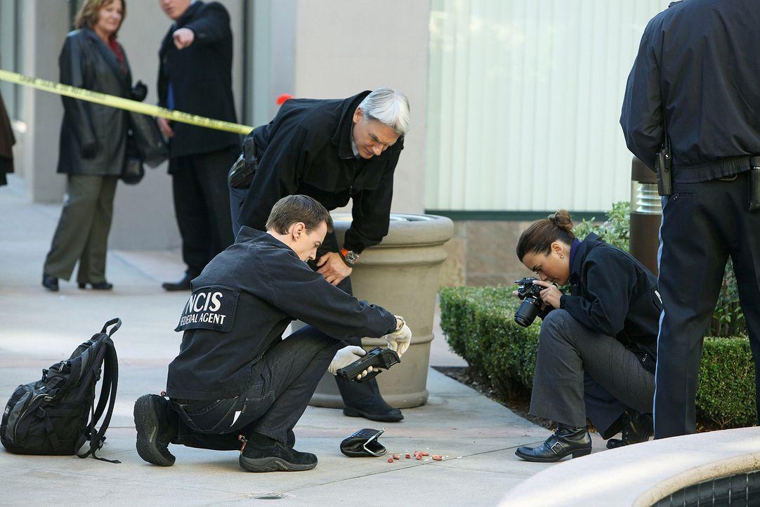 Gibbs und sein Team finden Fingerkuppen und Zähne von Corporal Zach Armstrong in einer Damenhandtasche. Bald darauf wird seine Leiche gefunden und e... - Bildquelle: CBS Television