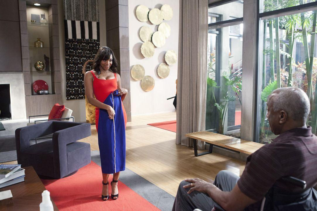 Als Didi (Tiffany Hines, l.) ihrem Mann Kenneth (Willie C. Carpenter, r.) die neuen Kleidungsstücke vorführt, ahnt sie noch nicht, was gleich auf si... - Bildquelle: 2014 ABC Studios