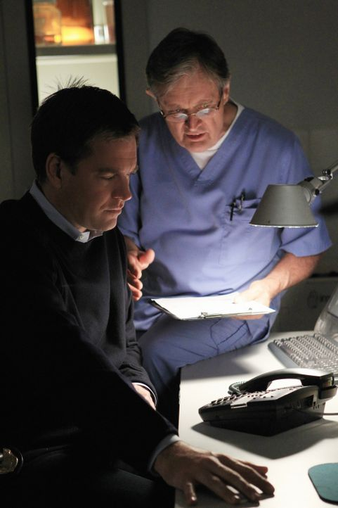 Versuchen, einen Fall aufzuklären, in dem ein junges Mädchen entführt wurde: Tony (Michael Weatherly, l.) und Ducky (David McCallum, r.) ... - Bildquelle: CBS Television